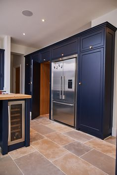 Dark blue shaker cabinets with copper highlights. This bespoke kitchen illustrates how bold colours can make the impact a large kitchen needs. Blue Kitchen Interior, Dark Blue Kitchen Cabinets, Blue Kitchen Furniture, Dark Blue Kitchens, Open Plan Kitchen Dining Living, Barn Kitchen, Home Decor Kitchen, Kitchen Ideas, Kitchen Layout Plans