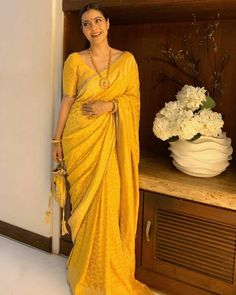 Kajol, Karan Johar, Rani Mukherji, Natasha Poonawalla Among Others Take Part In Sindoor Khela On Vijayadashami - HungryBoo - Saree Styles Trendy Sarees, Stylish Sarees, Simple Sarees, Saree Blouse Patterns, Saree Blouse Designs, Indian Beauty Saree, Indian Sarees, Vans Old Skool, Kajol Saree
