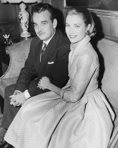 Princess Grace Kelly and Prince Rainier III of Monaco, sit arm-in-arm as they meet the press in Philadelphia, Pa, USA on Monaco As, Prince Of Monaco, Monaco Royal Family, Monaco Princess, Moda Grace Kelly, Grace Kelly Style, Grace Kelly Engagement Ring, Royal Engagement, Prince Rainier