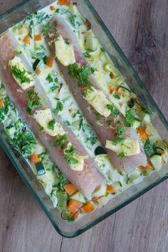 Fiskefad med sej, grønt og en citrus-hvidvins-flødesauce - Julie Bruun Lunch Snacks, Feta, Eat This, Wrap, Fresh Rolls, Hummus, Recipies, Food And Drink, Dinner