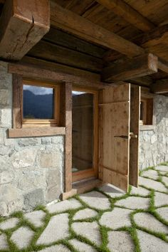 """Finestre ad anta/ribalta, portefinestre e alzanti scorrevoli modello """"ONE"""" in larice naturale trattato con olio di agrumi. Serramenti scorrevoli con telaio sopra parete. - Tilt-and-turn windows, French doors and lift-and-slide patio doors model """"ONE"""" in natural larch wood with citrus oil treatment. Sliding windows with exposed counterframe. Shutters and doors made with authentic reclaimed antique wood. Designer bookshelf in stainless steel and wood."""