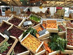 Ecological produce at a farmers market in Paris. Credit: Peter Caton / Greenpeace