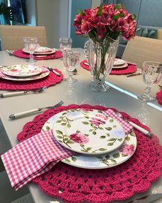 ê ã áficos ê Christmas Dining Table, Christmas Table Settings, Dinning Table, Sweet Home Design, Table Setting Inspiration, Christmas Decorations For The Home, Crochet Kitchen, Table Arrangements, Decoration Table