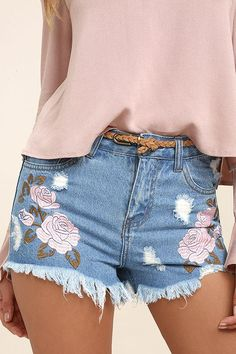 Put your unique style on display in the Posy Parade Light Wash Embroidered Distressed Denim Shorts! Lightwash denim shorts with floral embroidery. Diy Shorts, Ripped Shorts, Blue Shorts, Skinny Jeans, White Shorts, Summer Outfits, Cute Outfits, Preppy Outfits, Embroidered Shorts