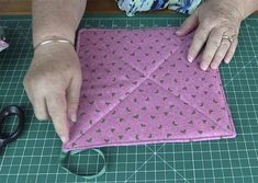 Quick & Easy Pot Holder Tutorial - Using Layer Cake Squares - Alanda Craft Small Sewing Projects, Sewing Projects For Beginners, Sewing Hacks, Sewing Tutorials, Sewing Crafts, Sewing Tips, Sewing Ideas, Tutorial Sewing, Potholder Patterns