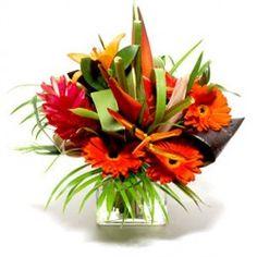 Una proposta particolare, tonalità di colore sull'arancio composta da fiori tropicali e confezionati con vari complementi di contorno aggiuntivi.