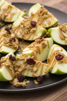 Snacks For Weight Loss - Smart Snacks - PEANUT BUTTER APPLE NACHOS - Drizzle apple nachos with warm peanut butter and top with granola and dried fruit for a dreamy healthy snack.