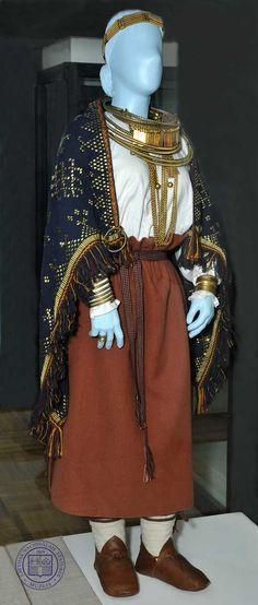 12. Jh. Ostlettland (Latgale); nach Funden im Frauengrab in Kārļu Ainava; Rekonstruktion im Staatlichen Historischen Museum Lettlands (12. gs.).