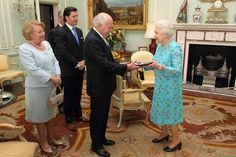 Queen Elizabeth II Photos - Queen Elizabeth II presents former Australia Prime Minister John Howard with the Order of Merit at Buckingham Palace on May 2012 in London, England. - Former Australian PM John Howard Receives Order Of Merit Order Of Merit, John Howard, Elisabeth Ii, House Of Windsor, British Monarchy, Save The Queen, Prince Philip, Buckingham Palace, Prime Minister