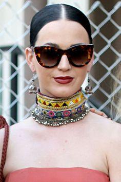 Ein bisschen Ethno gepaart mit den 50ern: Katy Perry macht's vor und kombiniert zum folkloristischen Schmuck eine Cateye Sonnenbrille.