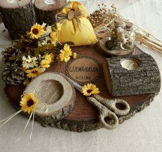 Mevsim çiçekleriyle ve renkleriyle süslenmiş bahar konseptli ahşap tepsimiz, mum, yastık ve şişelerle dekore edilmiştir. Nişan ve söz tepsisidir.