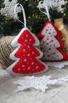 VK is the largest European social network with more than 100 million active users. Gingerbread Christmas Decor, Fabric Christmas Trees, Handmade Christmas Decorations, Felt Decorations, Felt Christmas Ornaments, Felt Doll Patterns, Felt Crafts Patterns, Christmas Sewing, Christmas Crafts