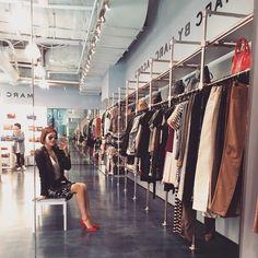 . 스타일링 관련 일 때문에 갔던 프리미엄 아울렛 여긴 왤케 이쁘니?! . Went to Shinsegae Premium Outlet for styling  The shop looks good! . . . . . #ootd #daily #dailylook #데일리 #옷스타그램 #rayban #sunglass #레이밴 #강남 #스타일 #gangnam #style #fashion #줌마그램 #줌스타그램 #패션 #미러썬글라스 #패피녀 #korea #신세계프리미엄아울렛 #shinsegae #premium #outlet