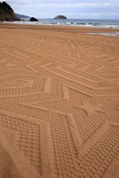 Une pelleteuse, une plage, un rouleaux métallique et plein de motifs!  http://www.gunillaklingberg.com/