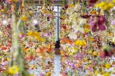 Flower-art virtuoso entwines Berlin concept shopping mall with the emotion of springtime...