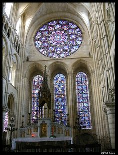 Art Gothique - Intérieur de la Cathédrale de LAON - v 1205 Vitraux et remplages pour supporter les vitraux. Théologie de la lumière dans l'art gothique, d'où la présence de vitraux colorés                                                                                                                                                                                 More