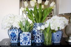 Spring Entryway with blue and white ginger jars - By Randi Garrett Design Blue White Weddings, Blue And White Vase, Keramik Vase, Chinoiserie Chic, Decorated Jars, Blue China, Ginger Jars, White Decor, Floral Arrangements
