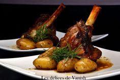 Souris d'agneau confites thym/romarin. Ingrédients pour 2 : 2 souris d'agneau * 4 càs d'huile d'olive * 2 càs de miel * 4 belles branches de romarin * Thym * Fleur de sel * 3 gousses d'ail * Pommes de terre rattes. Recette sur le site.