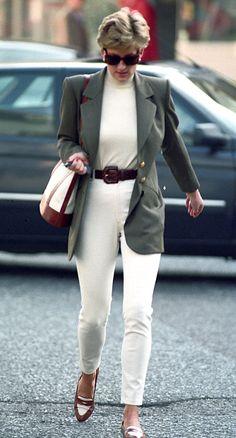 Là một trong những biểu tượng thời trang nổi bật nhất thế kỷ 20, Công nương Diana là nguồn cảm hứng mặc đẹp và định hình phong cách cho phái đẹp toàn thế giới. #style #mixmatch #ootd #ellefashion #Diana Fashion Looks, Royal Fashion, 90s Fashion, Fashion Trends, Ladies Fashion, Fashion Styles, Fashion Inspiration, Elle Fashion, Airport Fashion