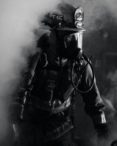 Fumaça...vida do Bombeiro. Firefighter Images, Firefighter Apparel, Firefighter Paramedic, Volunteer Firefighter, Firefighters, Firemen, Fire Dept, Fire Department, Firefighter Photography