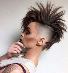 There is Somthing special about women with Short hair styles. I'm a big fan of Pixie cuts and buzzed cuts. Hairstyles With Bangs, Cool Hairstyles, Men's Hairstyle, Medium Hairstyles, Wedding Hairstyles, Girl Mohawk, Lady Mohawk, Short Hair Cuts, Short Hair Styles