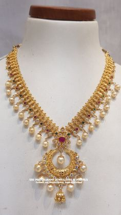 Beautiful gold necklace with pearl hangings. Necklace with chaandbali hangings. Jewelry Design Earrings, Gold Jewellery Design, Necklace Designs, Pendant Jewelry, Gold Temple Jewellery, Indian Jewelry Sets, Gold Jewelry Simple, Bridal Jewelry, Gold Necklace
