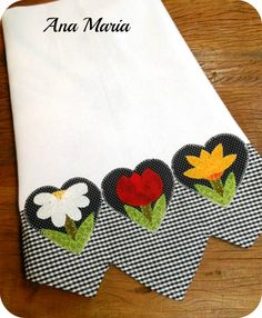 Such a pretty appliqued dish towel. Pano de prato com barrado. Applique Patterns, Applique Designs, Embroidery Applique, Machine Embroidery, Embroidery Designs, Dish Towels, Hand Towels, Tea Towels, Sewing Crafts