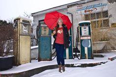 Katrin vor den alten Zapfsäulen in der Muskauer Straße in Berlin-Kreuzberg (3)