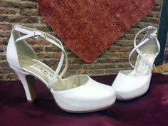 Zapatos de novia en blanco roto, este es un zapato muy peculiar ya que la novia que lo eligió, puso la parte de delante de un modelo de zapato y la parte del talón con tiras cruzadas de otro modelo y este es el resultado que además una vez puestos sujetan mucho y quedan preciosos en el pie.