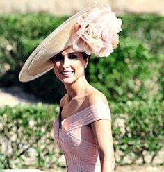 Paloma Cuevas wearing a Philip Treacy hat. - Hats for lady Sombreros Fascinator, Fascinators, Headpieces, Philip Treacy Hats, Modelos Fashion, Fancy Hats, Big Hats, Kentucky Derby Hats, Wearing A Hat