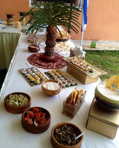 Variedad de exquisitos platos para picar (tartaletas de atún y crema de tocineta, delicia mexicana,antipastos, charcutería variada, dip de pollo)