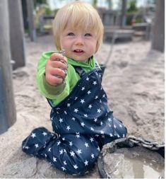 Mit der patentierten BMS BabyBuddy Softskin kann der Spielspaß sofort beginnen. Die Krabbelhose mit Ihren praktischen Füsslingen ist für kleine Krabbler ab ca. 6 - 18 Monate geeignet. Die Buddelhose ist absolut wasserdicht und trotzt selbst feuchten Wetterbedingungen und sorgt dafür das Euer Kind absolut trocken bleibt. Leicht zu verstauen und in Handumdrehen überzuziehen. So ausgestattet könnt Ihr sicher sein, dass beim Ausziehen kein Sand in die Wohnung oder in das Auto rieselt. Girls Dresses, Flower Girl Dresses, Wedding Dresses, Face, Shopping, Outdoor, Products, Fashion, New Inventions