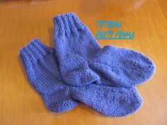 Ciao a tutti _ In questo tutorial (PRIMA PARTE) vi mostrerò passo passo come Slipper Socks, Slippers, Diy Pencil Case, Dou Dou, Knitting Videos, Knitting Socks, Knit Socks, Baby Booties, Crochet Lace