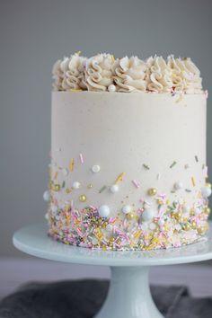 Weißer Kuchen mit Vanille-Buttercreme – Backen mit Blondie White cake with vanilla buttercream – baking with blondie bake cream Pretty Cakes, Cute Cakes, Beautiful Cakes, Amazing Cakes, Blondie Dessert, Blondie Cake, Bolo Cake, White Cake Mixes, Drip Cakes