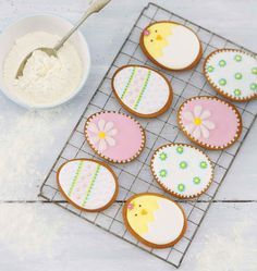 Perfect project for a beginner.Get ready for Easter by learning how to make some beautifully decorated Easter egg cookies with this handy step-by-step how to by Debbie Thorne. Easter Cupcakes, Easter Cookies, Easter Treats, Valentine Cookies, Birthday Cookies, Easter Egg Cake, Christmas Cupcakes, Easter Biscuits, Egg Biscuits