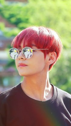 ,, taehyung with red hair ._. ,, someone bring this back ahhh ,,