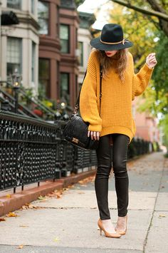 J'aime le contraste!  Souple du pull et stretch du jean  Look informe des mailles et style epuré du chapeau  Silhouette masculine et escarpins a talon