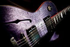 iHush(アイ・ハッシュ)というギター。アルミ・トップに彫金が施されているが、これはホロー・ボディだ。全く硬さのない、暖かい音色。