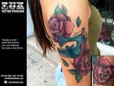 Tatuaje a color estilo Old School con una máquina de coser y dos flores.