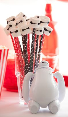 Oh, we are so doing this for the next movie night!! Fun Baymax marshmallow pops for a Big Hero 6 Party!