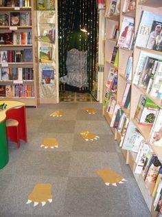 gruffalo footprints in book corner - Yahoo Image Search Results Gruffalo Activities, Gruffalo Party, The Gruffalo, Book Activities, Preschool Activities, Early Years Topics, Early Years Maths, Gruffalo's Child, Forest School Activities