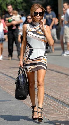 The LA Life! Victoria Beckham turned heads in her stunning patterned dress in Los Angeles © Atlantic Images Victoria Beckham Outfits, Victoria Beckham Style, Vic Beckham, Victoria Fashion, Estilo Fashion, Mini Vestidos, Girl Fashion, Womens Fashion, Chic Outfits