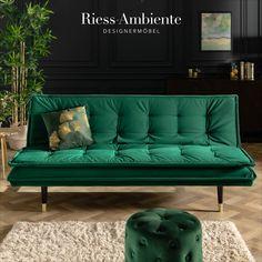 Du willst außergewöhnliches Design mit unschlagbarer Funktionalität verbinden? Dann solltest Du bei unserem Samtsofa einmal genauer hinschauen. Das große Sofa mit einem Bezug aus grünem Samt hat ein raffiniertes Design und begeistert zudem mit einer praktischen Zusatzfunktion: Du kannst es mit wenigen Handgriffen in ein komfortables Gästebett verwandeln.