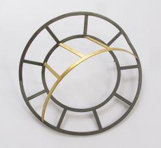 Hart Margit Spazio 1 Spilla, oro, argento, Ø 9,6 cm, h 3 cm 2015 – Foto di Margit Hart Space 1 Brooch, gold, silver, diameter 9.6 cm, height 3.0 cm 2015 – Photo by Margit Hart