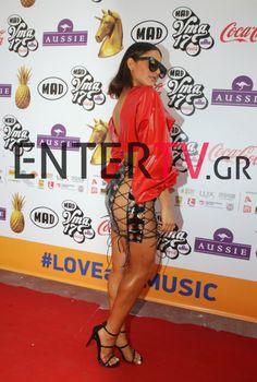 Ποια πολύ γνωστή τραγουδίστρια έκανε αυτή την εμφάνιση στα βραβεία MAD;   Enter-TV