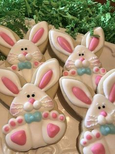 Here's Easter Bunny cookie recipe & an exhaustive list of best decorated Easter bunny cookies. Check cute Easter bunny cookies pictures and inspire yourself Fancy Cookies, Iced Cookies, Cute Cookies, Easter Cookies, Easter Treats, Cookies Et Biscuits, Holiday Cookies, Cupcake Cookies, Cupcakes
