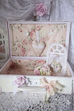 a sweet, shabby chic suitcase!.....a great idea to upcycle one..(a suitcase, that is.)..