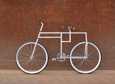 De vierkante fiets - De Deense ontwerper Michael Jacobsen presenteert u de 'baubike'. Een prachtige fiets die uit geometrische vormen is opgebouwd. Tevens is er de mogelijkheid om op het rechte stuk achter het zadel een bagagedrager of nog een zadel te bevestigen voor een bijrijder. Onder lees verder vind je nog meer afbeeldingen van deze bijzondere fiets. Read more: http://www.6voor1.nl/2010/12/de-vierkante-fiets/