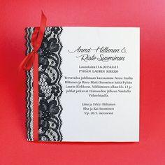 Musta pitsi ja punainen satiininauha ovat rohkea, mutta juhlava yhdistelmä. Wedding Cards, Weddings, Wedding Ecards, Wedding, Marriage, Wedding Invitation Cards, Wedding Card