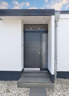 Schlichte graue Haustür mit einem Seitenteil und Lichtband. Lange Griffstange & Querfräsungen. Farbe: Anthrazit | Sorpetaler Fensterbau